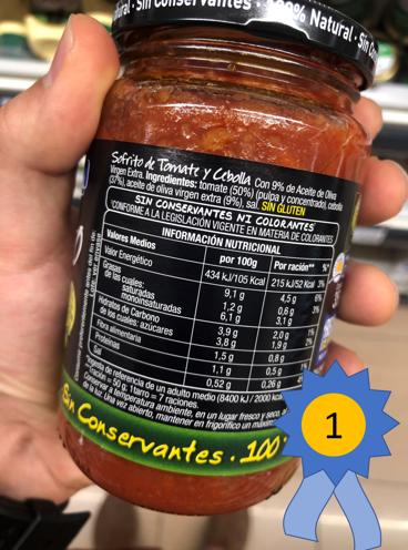 Tiene aceite oliva virgen extra y no tiene nada de azúcares añadidos.